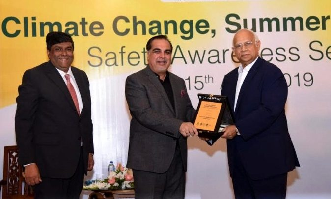 Chairman K-Electric, Ikram Sehgal presenting a memento to governor Sindh, Imran Ismail in the presence of Fakhar Ahmed.